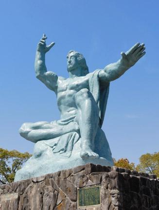 天を指す右手は過去を、水平にのばした左手は未来をを示し、 軽く閉じた瞼は戦争犠牲者の冥福を祈っている